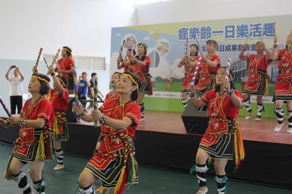 瘋樂齡一日樂活趣-泰雅歌謠舞蹈表演 (新北市政府教育局提供)