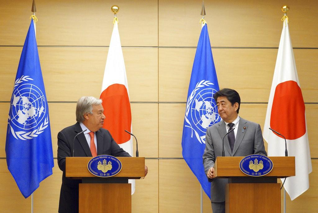 聯合國秘書長安東尼歐·古特瑞斯(Antonio Guterres)(左)與日本首相安倍晉三,在東京見面(美聯社)
