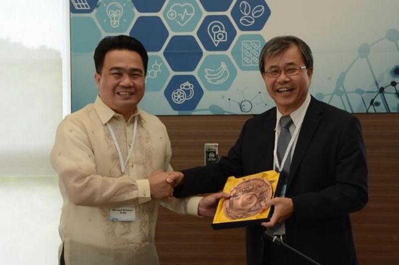 Principal of Sun Yat-sen University (right) and Vice Mayor of Davao (Photo by Sun Yat-sen University)