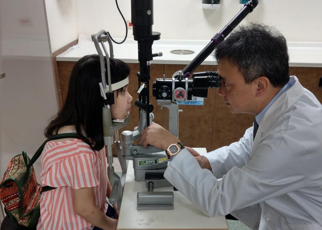 罹患全身性疾病應注意是否合併眼科症狀,如發現視力改變、飛蚊症變多、眼紅眼痛等發炎等任何一種症狀,應儘快尋求眼科醫師的協助。 (長庚醫院提供
