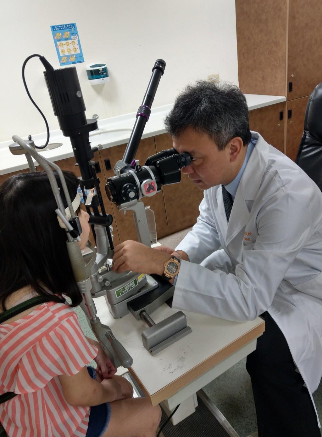 黃小姐(左)的雙眼虹彩炎接連發病,黃奕修醫師(右)與兒童醫學部風濕免疫科醫師合作以多種生物製劑治療,才抑制了另一病眼的惡化,但失明的眼睛已