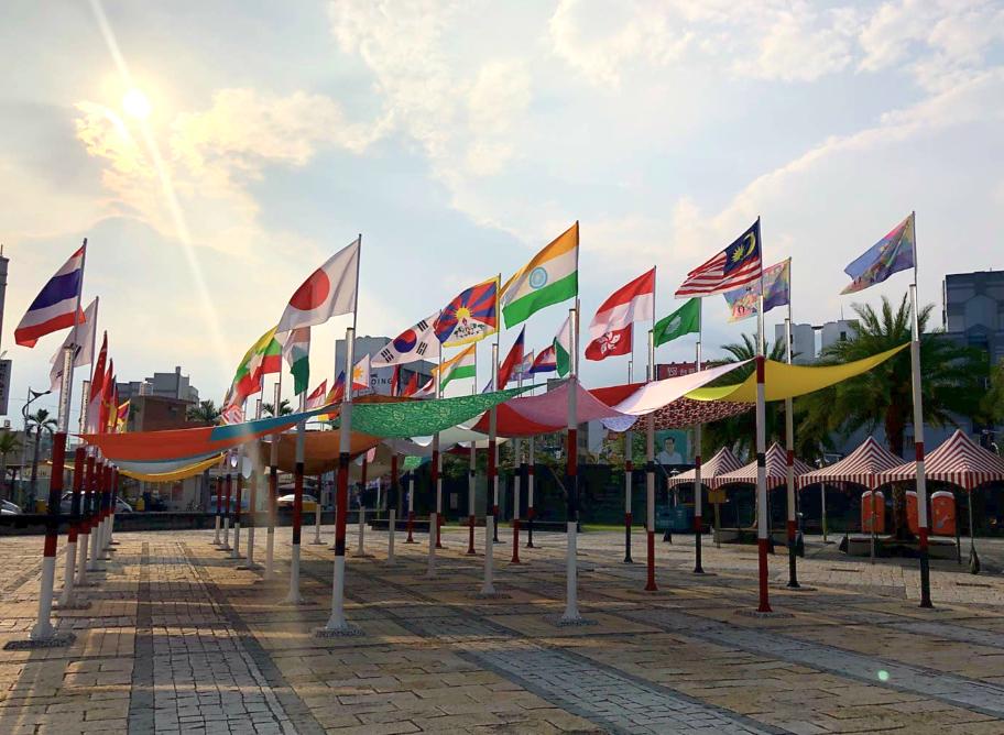 花蓮市自由廣場上25面國旗飄揚集結新住民辦市集(照片來源:fun玩花蓮臉書)