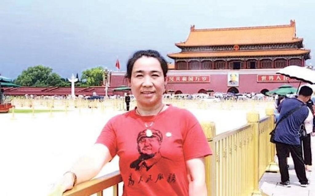 Zhang Xiaolan wearing Mao shirt in Tiananmen Square. (Image courtesy of Zhang's WeChat)
