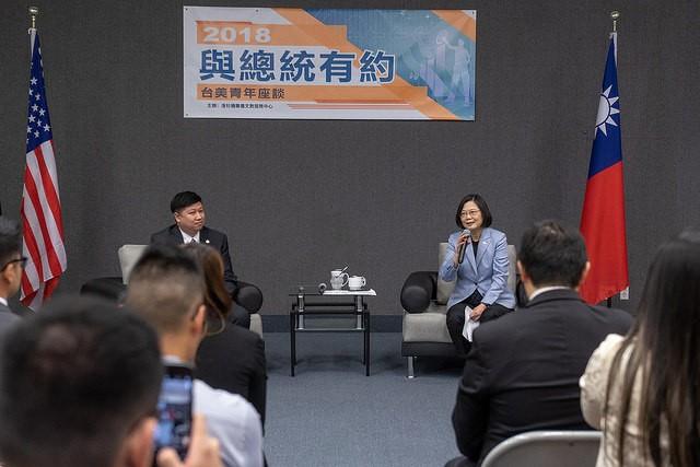 參訪僑教中心 蔡英文鼓勵在美青年回臺發展