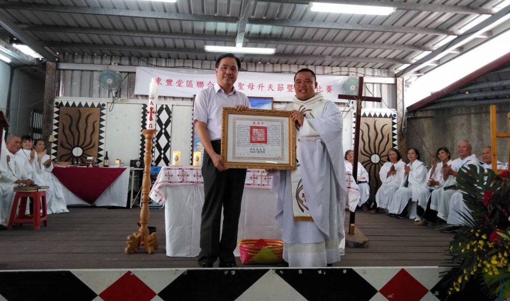 On behalf of Taiwan President, Minister of the Council of Indigenous Peoples Icyang Parod on August 12 handed the certificate of commendation to Fathe...