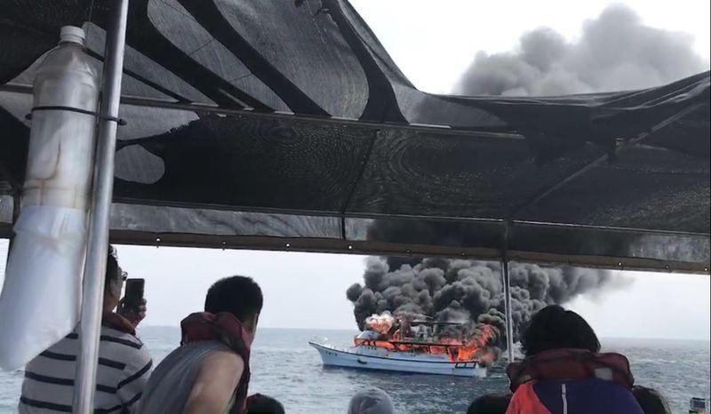 花蓮一艘賞鯨船在外海處突然起火燃燒,鄰近賞鯨船接獲求救訊息後立即前往搭救。(中央社)