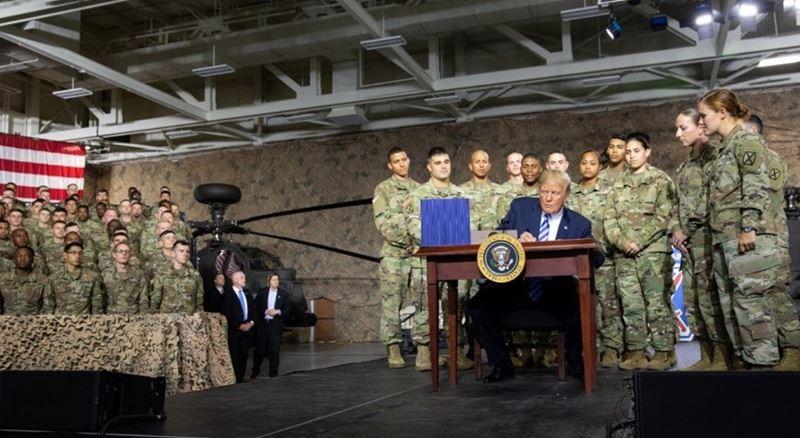 美國總統川普13日簽署「2019財政年度國防授權法」(NDAA FY2019)生效,川普特地到紐約州的壯堡 (Fort Drum)基地,舉...