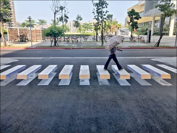Pedestrian walking on 3D crossing. (Photo from Tamsui District Office)