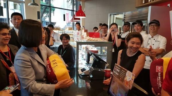 總統蔡英文出訪於美國過境期間,造訪一家發源於臺灣的連鎖咖啡店分店(圖片截取自民進黨立法委員蔡適應臉書)