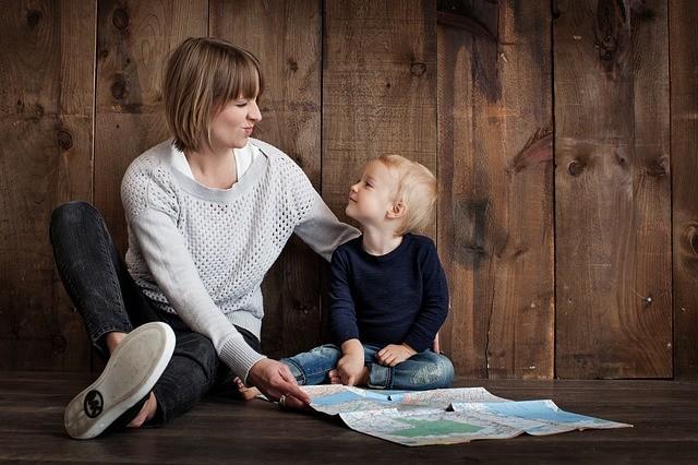 研究證明父母的陪伴比電視、電動或其他3C產品來的更重要。圖片來源:pixabay。