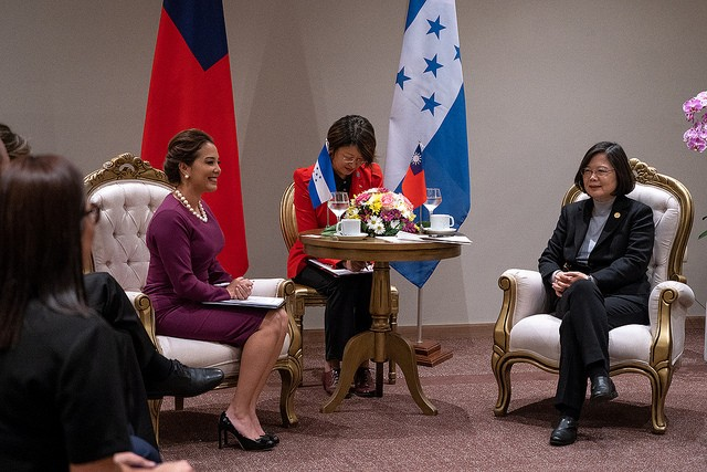 Olga Alvarado, left, with Tsai Ing-wen, right. (Image courtesy of Taiwan Presidential Office)