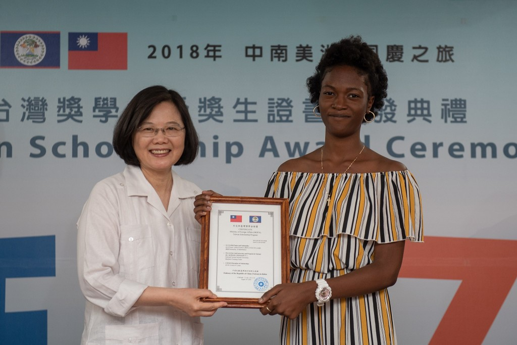 President Tsai Ing-wen (蔡英文) meets with Belize students at the Taiwan Scholarship Award Ceremony in Belize on August 16 (Screen capture from Tsai Ing-...