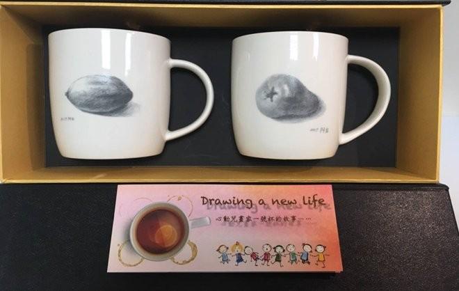 台灣心動家族兒童青少年關懷協會將阿弘的畫作製成文創產品,得到瑞儀光電企業基金會及嘉義長庚醫院的支持贊助,將持續支持這些孩子亮點培育及下一個