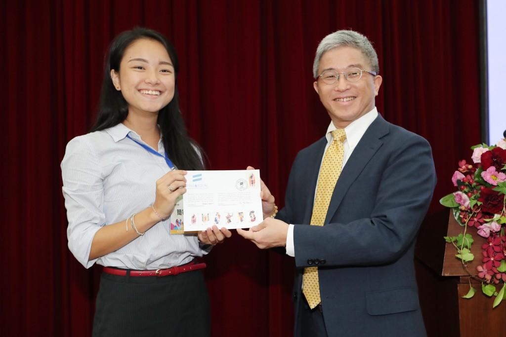 圖為外交部政務次長徐斯儉日前參與外交部活動,並頒獎予青年大使(照片來源:外交部提供)