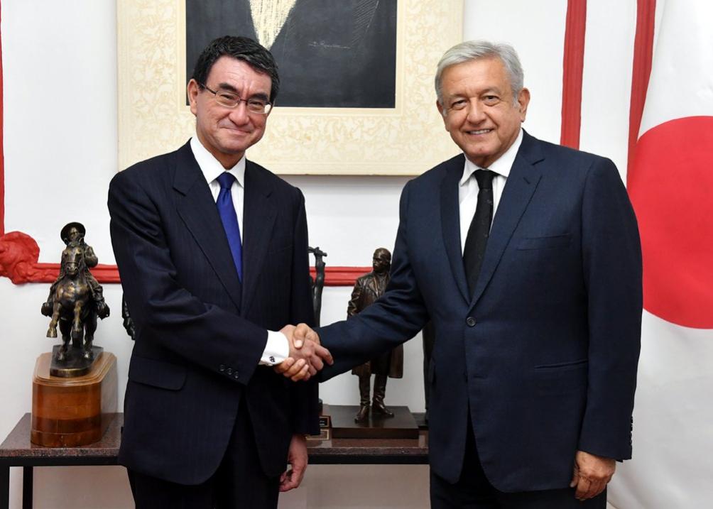 日本外務大臣河野太郎(左)與墨西哥候任總統羅培茲·歐布拉多(López Obrador)(翻攝自日本外務省推特)