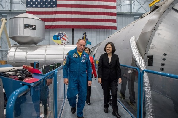 Astronaut E. Michael Fincke (left), Tsai (right). (Tsai Ing-wen Facebook page)