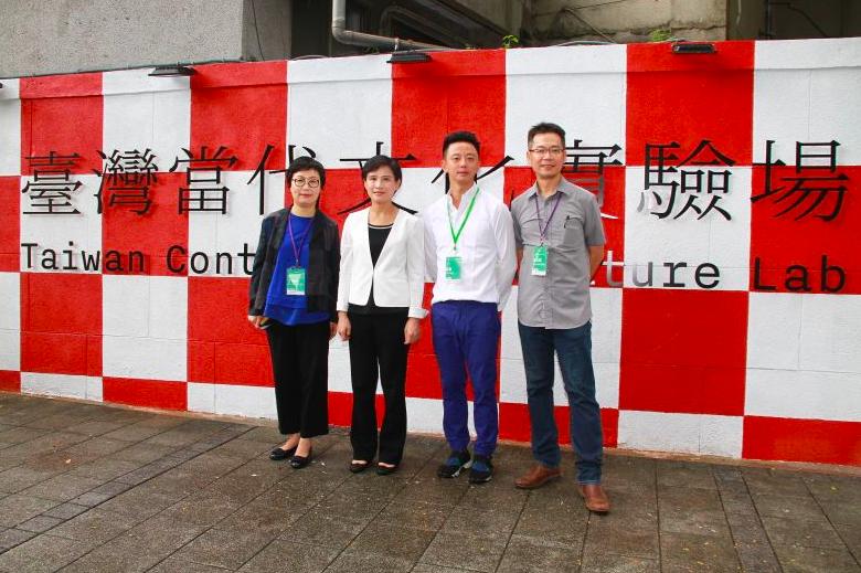 文化部長鄭麗君(左二)、台灣生活美學基金會董事長丁曉菁(左一)及副執行長龔卓軍(右一)、藝術家楊俊(右二)(照片來源:文化部)