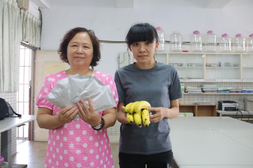 弘光科大民創學院院長林麗雲(左)用香蕉皮製作面膜。(圖片來源:弘光科大提供)