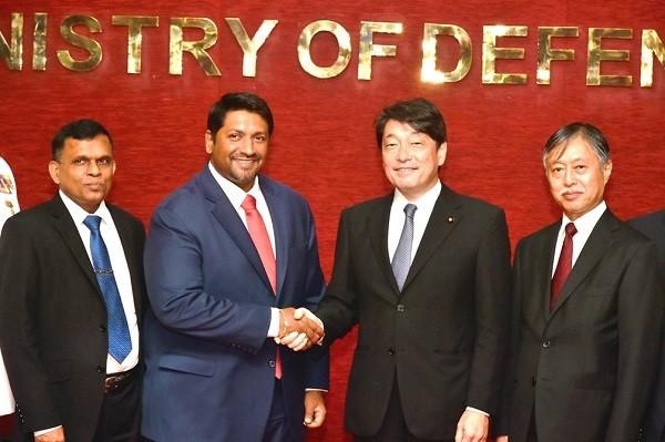 斯里蘭卡國防部長(左2)與日本防衛大臣小野寺五典(右2)(翻攝自日本防衛省)