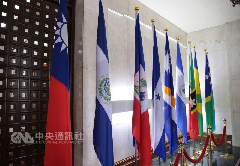 圖左二為薩爾瓦多國旗(中央社)