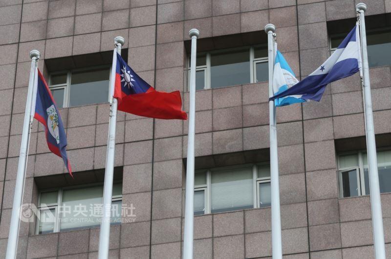 台北市天母地區的使館特區21日已撤下薩爾瓦多國旗(中央社)