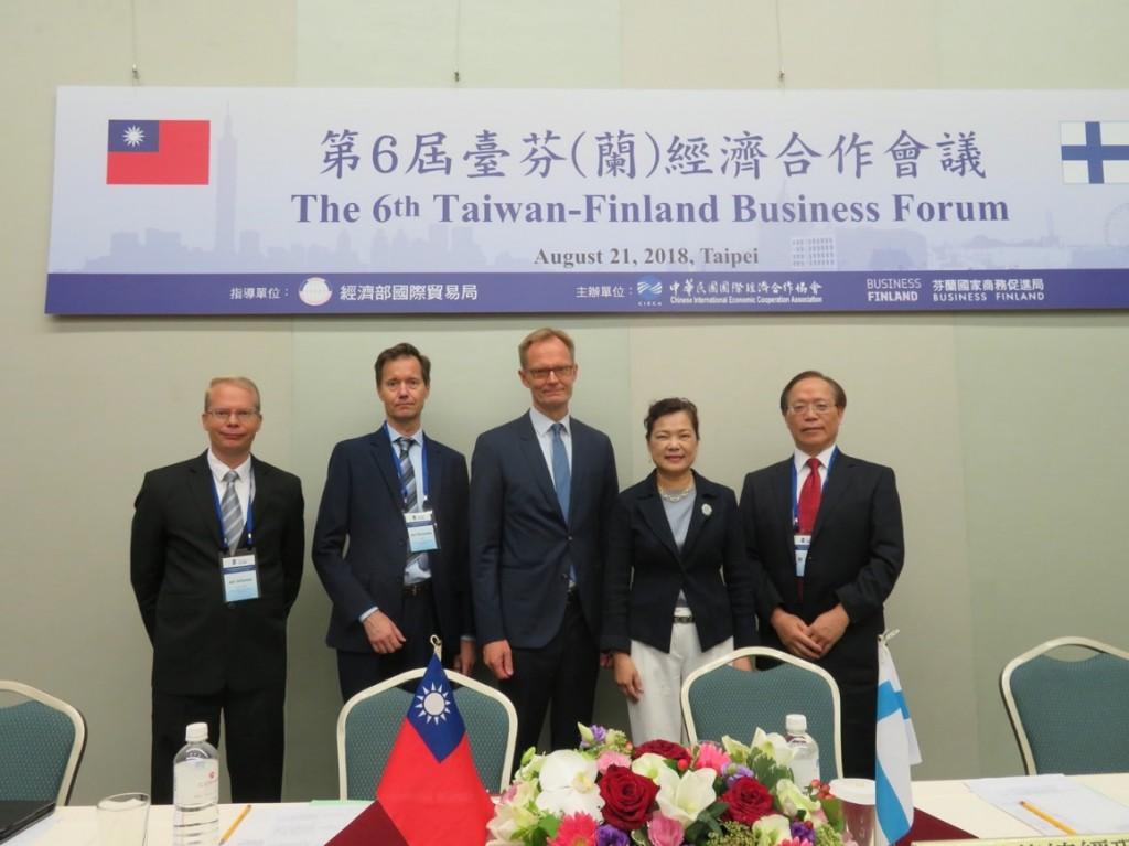 本(107)年8月21日第6屆臺芬經濟合作會議(左起)芬蘭商務辦事處代表Mr. Jari Seilonen,芬蘭企業團團長Mr. Kari