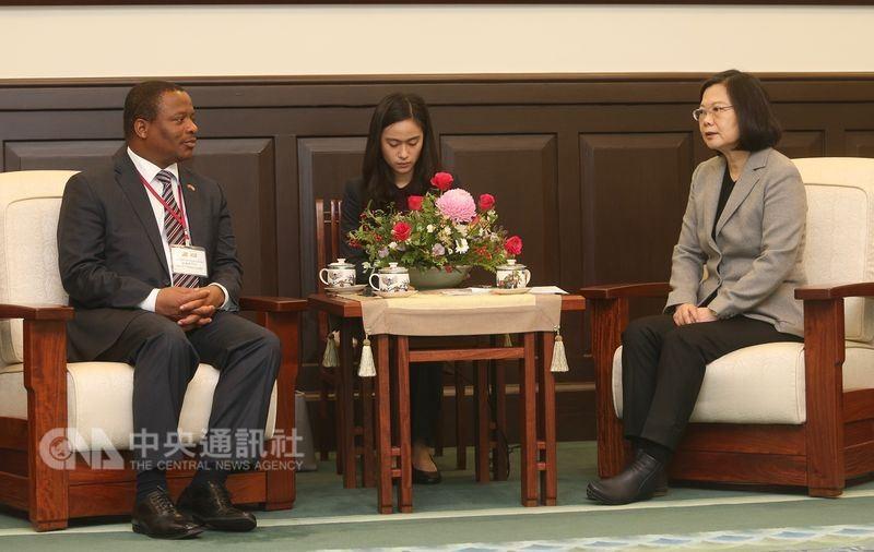 2017年總統蔡英文(右)在總統府接見蓋米齊。(中央社檔案照片)