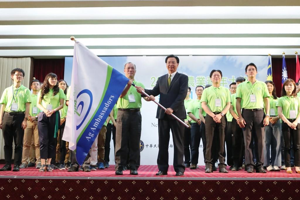 外交部長吳釗燮22日為2018農業青年大使出訪團授旗(照片來源:外交部提供)