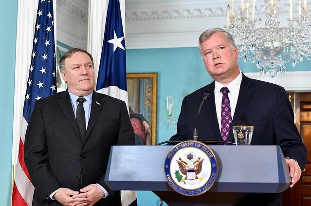 美國國務卿龐皮歐(左)及曾在福特汽車高層待過的史蒂夫·比根(Steve Biegun)(翻攝自國務卿龐皮歐推特)