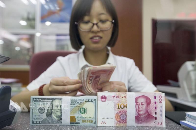 山西太原一銀行工作人員清點貨幣。(中央社)