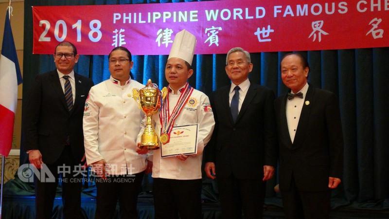 2018年菲律賓世界名廚大賽,樹德科技大學助理教授林宥君(中)拿下個人賽總冠軍(中央社)
