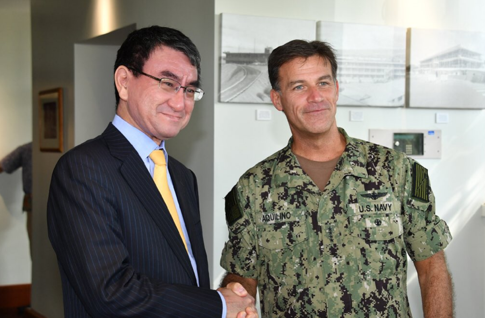 日本外相河野太郎(左)與美國太平洋艦隊司令約翰·阿其利諾(John Aquilino)在夏威夷見面(翻攝自河野太郎推特)