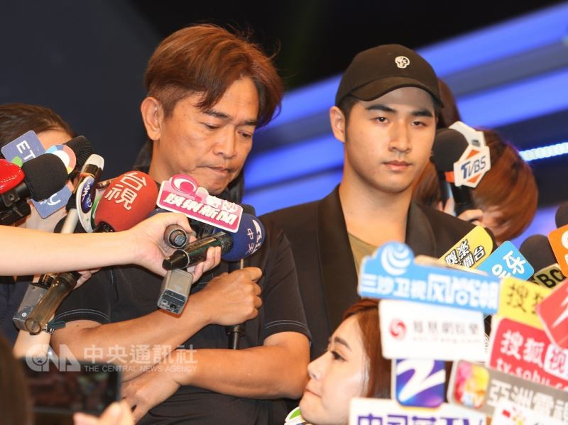 Rick Wu (right) and his father Jacky during their public apology.