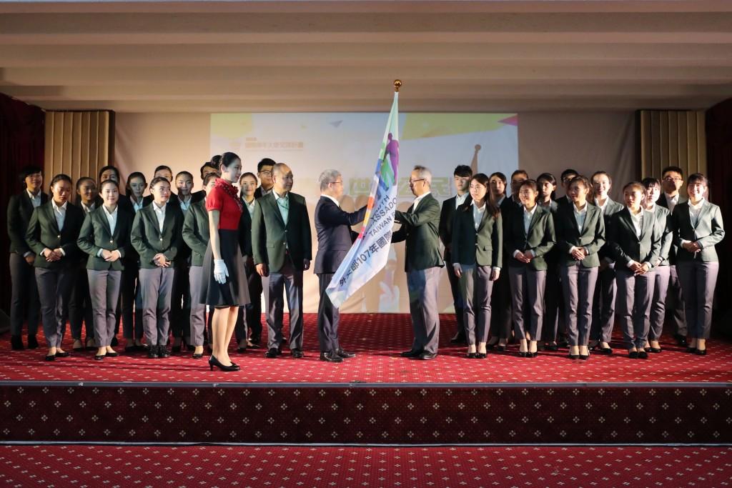 外交部政務次長徐斯儉授旗予國際青年大使訪團(照片來源:外交部提供)