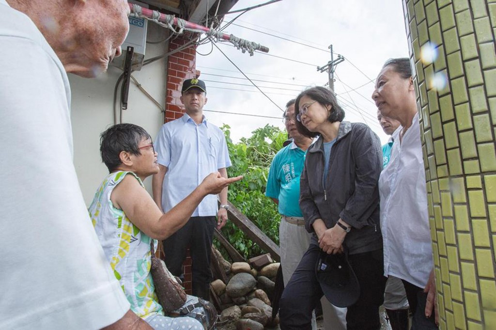 President Tsai (in dark coat, right) talked to victims of flooding in Chiayi County Saturday.