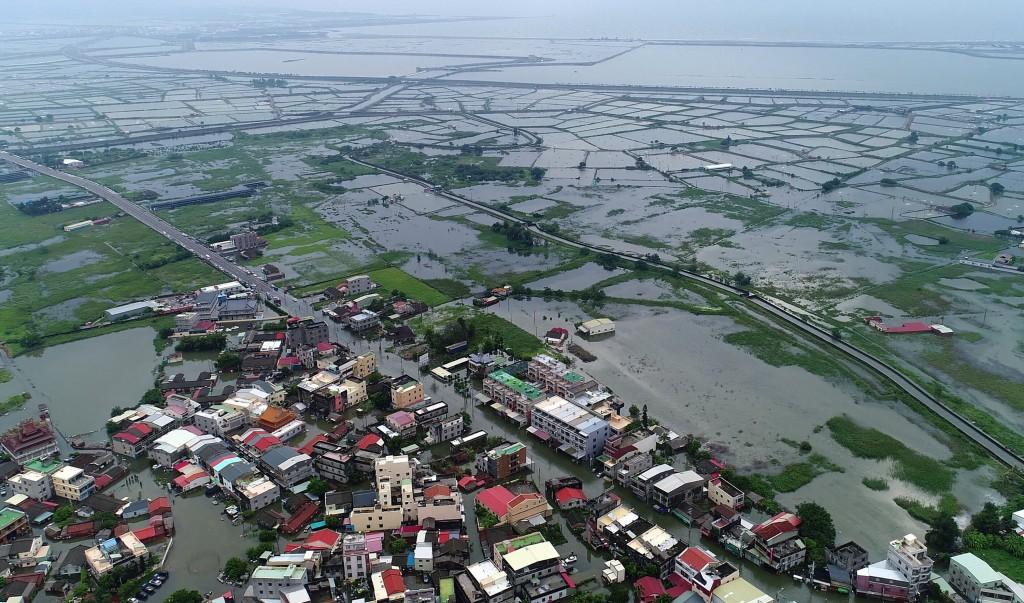 823豪雨成災,嘉義縣政府透過空拍,可見東石鄉掌潭村一片汪洋。