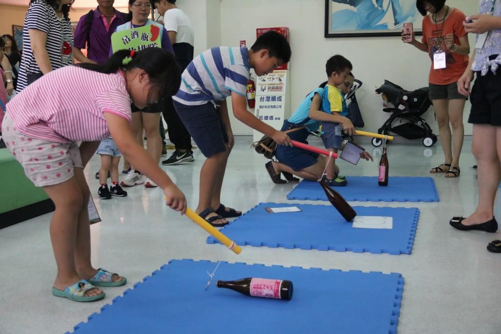 海線托育資源中心暨親子館於舉辦「牽孫迺夜市」育孫感恩活動,設計吊酒瓶遊戲。(弘光科大提供)