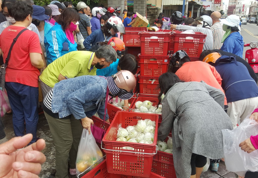 Crowds gather for fresh fruit and vegetables in Penghu County, Aug. 26.
