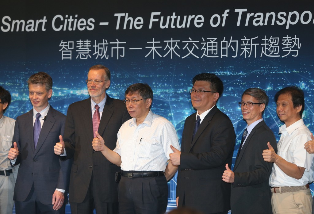 AIT Director Brent Christensen (second-left) and Taipei Mayor Ko Wen-je (third-left) open the forum on smart cities on August 28 in Taipei