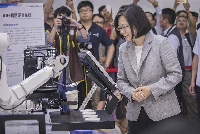 總統蔡英文29日出席「2018臺灣機器人與智慧自動化展覽開幕典禮」(照片來源:總統府提供)