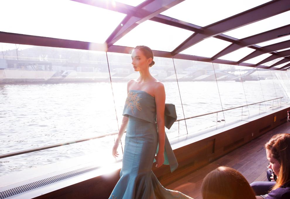霸氣!全球知名景點成伸展台 越名模Jessica胡佛水壩、塞納河時裝秀