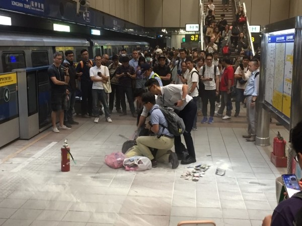 Police officers pinning woman down. (Photo from PTT)