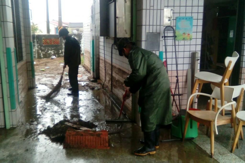 8月22日起的一波豪雨造成南部多處地區淹水。圖為203旅兵力在北門區錦湖國小清理 環境。