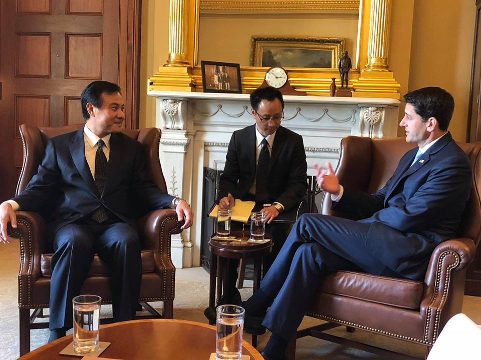 Su Jia-chyuan, left, in conversation with Paul Ryan. (Image courtesy of Su Jia-chyuan's Facebook)