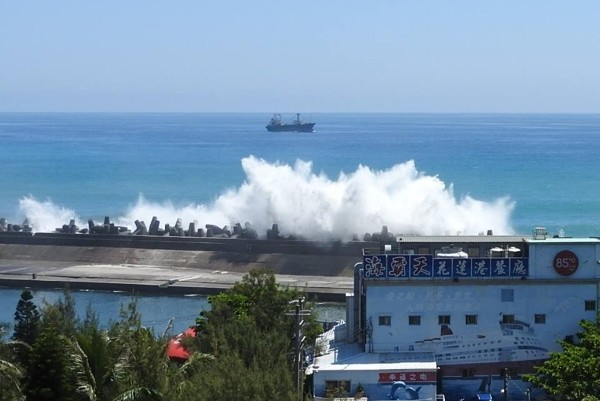 Huge wave crashing into seawall in Hualien City. (Photo by Orrin Hoopman)