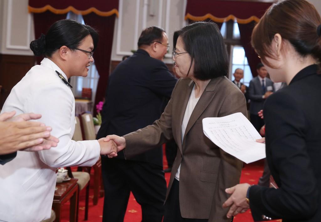 Tsai Ing-wen, center, meeting blood donor on Sept, 3.
