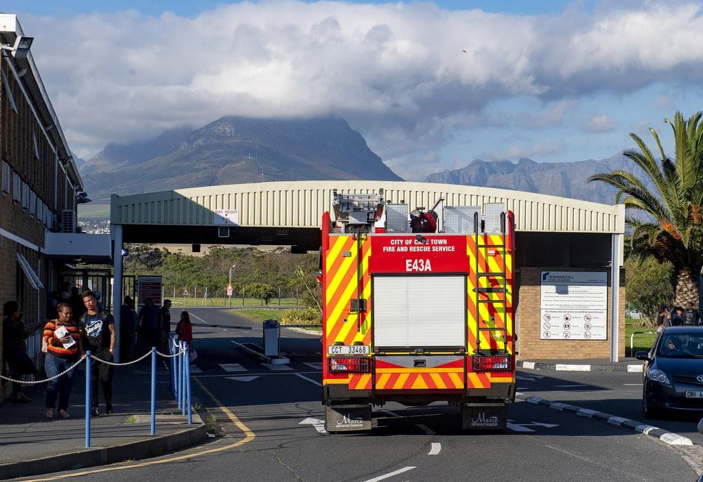 南非消防車離開爆炸現場(美聯社)