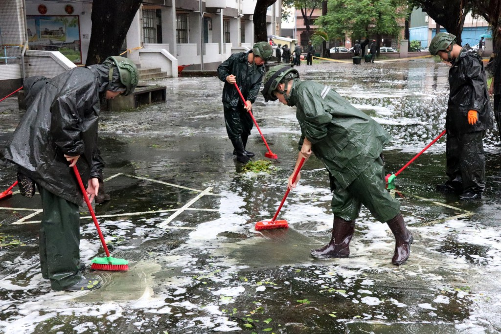 Army cleaning up in Kaohsiung, Aug. 29.