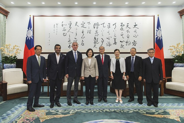 President Tsai Ing-wen meets with the delegation of the Confederation of Asia-Pacific Chambers of Commerce and Industry (Photo courtesy of the Preside...