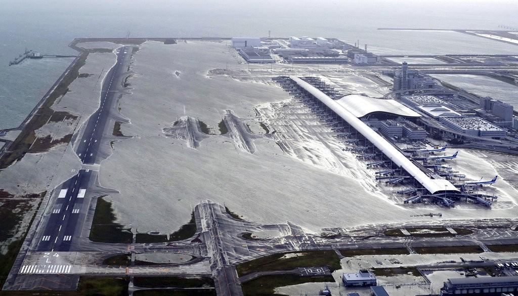 2018年9月4日攝影之燕子颱風侵襲日本大阪關西機場情況(美聯社)